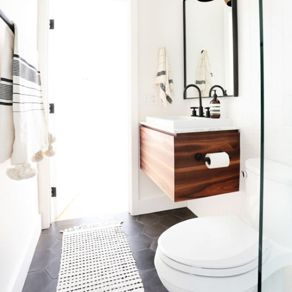 Скандинавский стиль в туалете с ванной