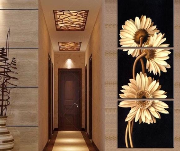 Вертикально растянутые картины визуально делают низкий потолок помещения выше