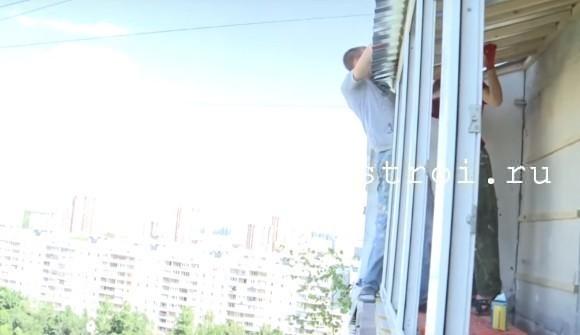 Укладываем профлист на крышу балкона
