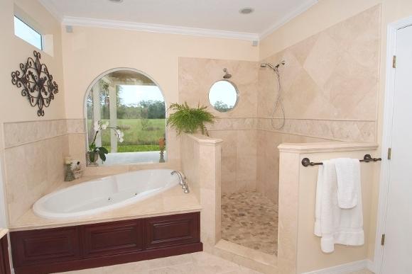 Белый плинтус в ванной комнате