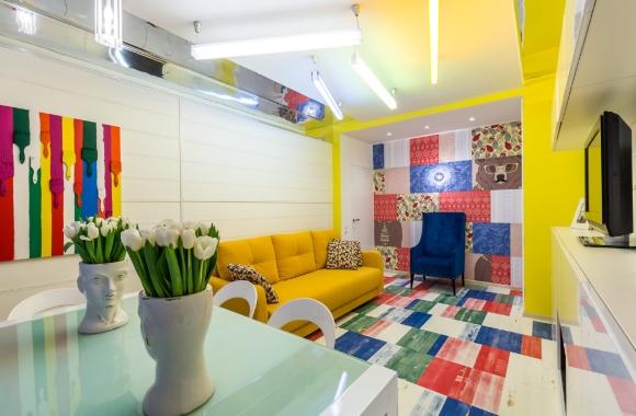 Цветной ламинат в гостинной стиля поп-арт