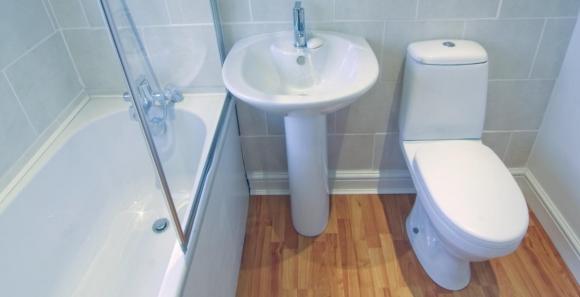 Плинтус в ванной комнате на пол
