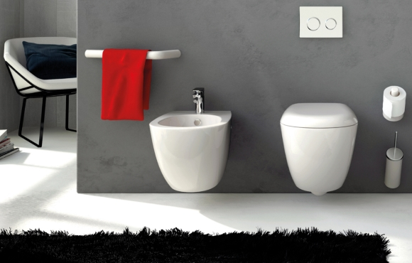 Подвесная раковина и унитаз в ванной