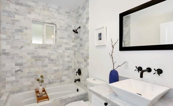 Светлая плитка визуально увеличивает пространство ванной