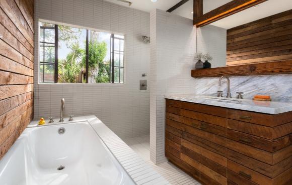 Деревянные элементы в ванной светлых тонов
