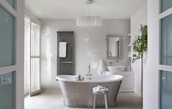 Кирпичная стена в светлой ванной комнате