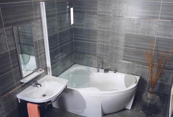 Угловая джакузи в ванной
