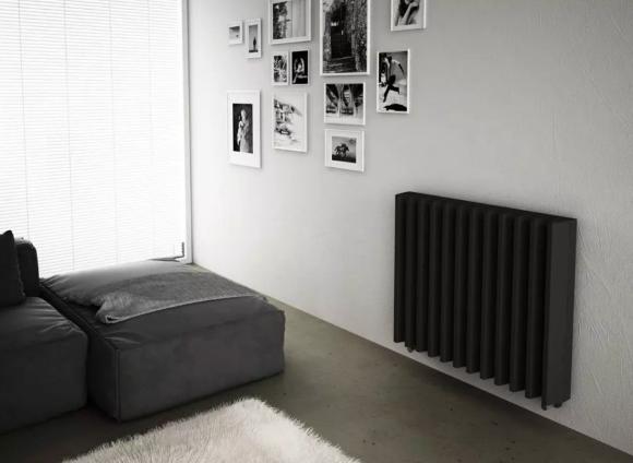 Черный биметаллический радиатор отопления в квартире