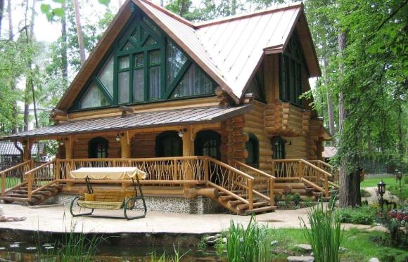 Дачное крыльцо в деревянном доме с навесом