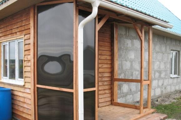 Дизайн крыльца с навесом частного дома из поликарбоната