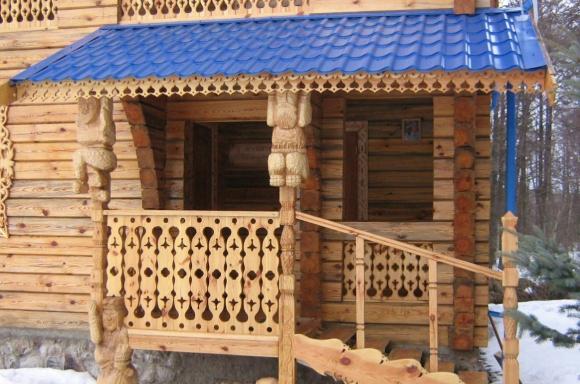 Крыльцо частной дачи из дерева с навесом