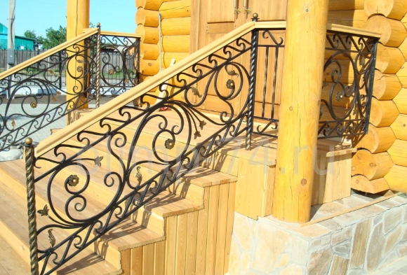 Крыльцо на даче из дерева и металла