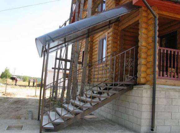 Поликарбонат на крыше крыльца из металла