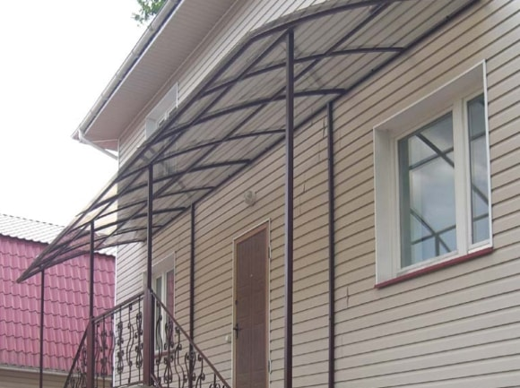 Фотографии сварных козырьков над крылечками домов