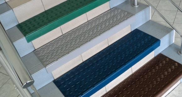 Резиновые рулонные покрытия на ступени крыльца противоскользящие