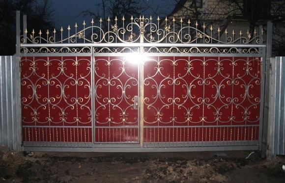 Кованые откатные ворота с калиткой внутри фото