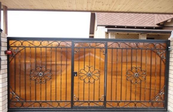 Кованые откатные ворота с встроенной калиткой