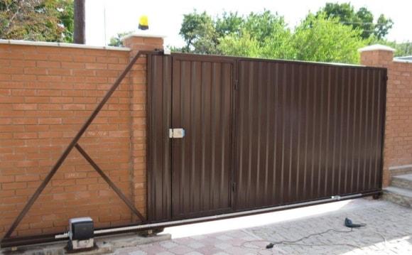 Металлические откатные ворота из профнастила с калиткой внутри