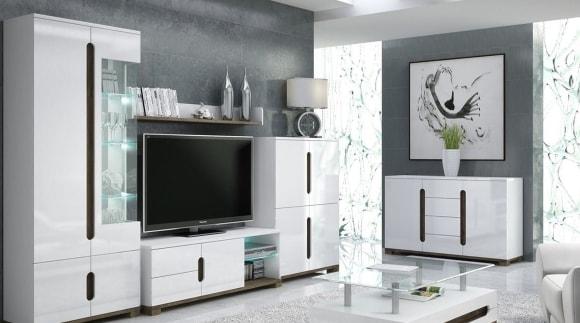 Белые глянцевые фасады модульной стенки в гостиной