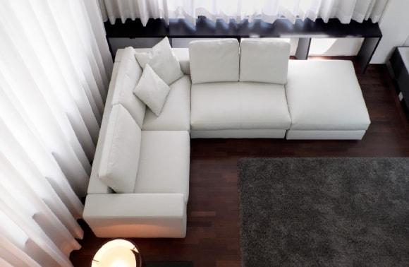 Белый модульный диван в составе гостиной композиции