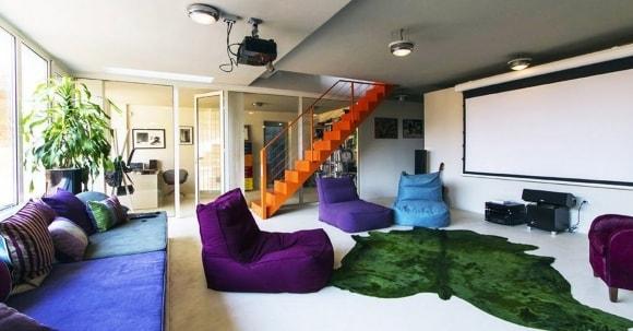 Каркасные и бескаркасные кресла-мешки в составе модульной композиции гостиной