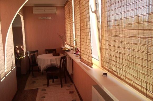 Балкон с обеденной зоной на фото