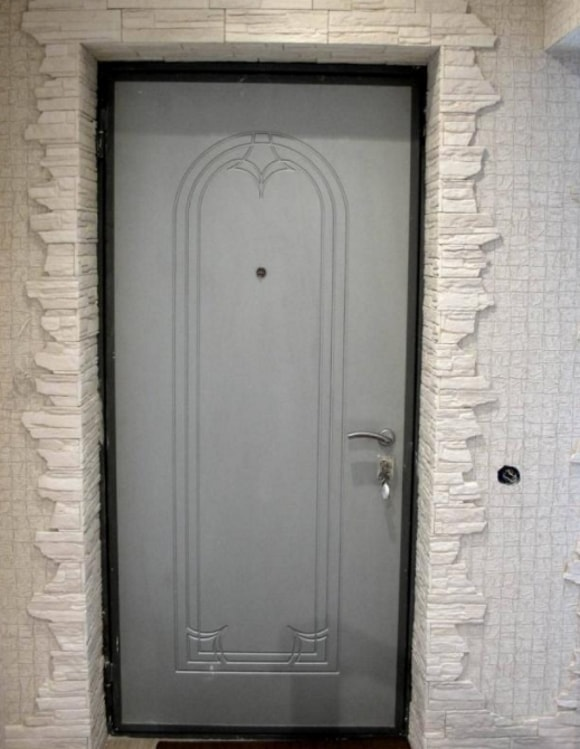 Обрамление входных дверей декоративным камнем фото