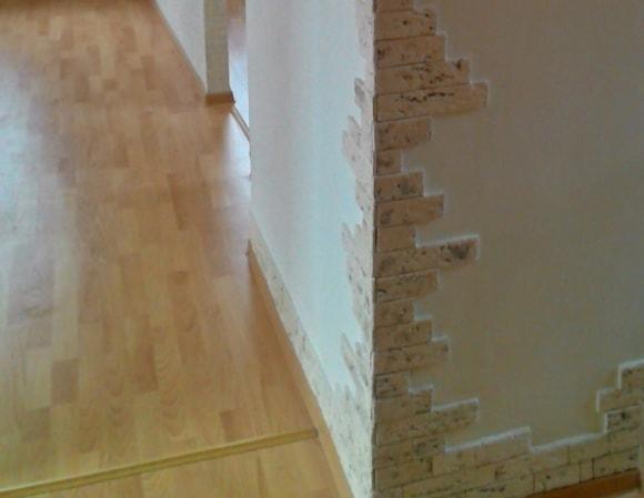 Отделка углов декоративным камнем в квартире