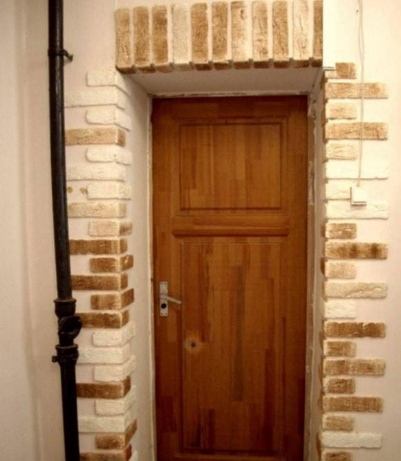 Отделка входной двери декоративным камнем