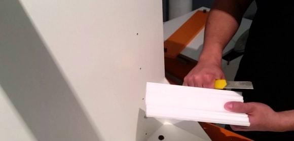 Подрезка плинтуса канцелярским ножом без стусла