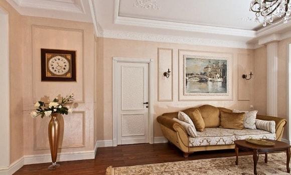 Широкие полиуретановые плинтуса на полу в интерьере гостиной