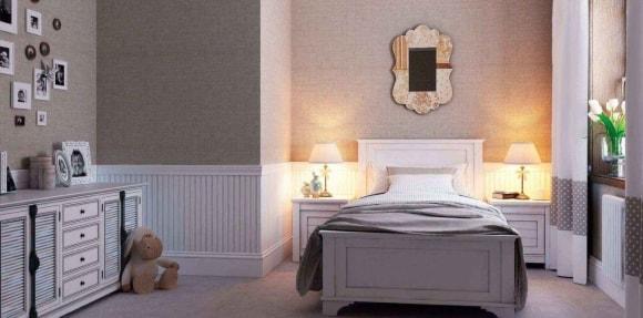 Широкие полиуретановые плинтуса на полу в интерьере спальной