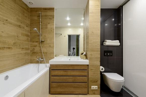 Дизайн интерьера ванной комнаты под дерево
