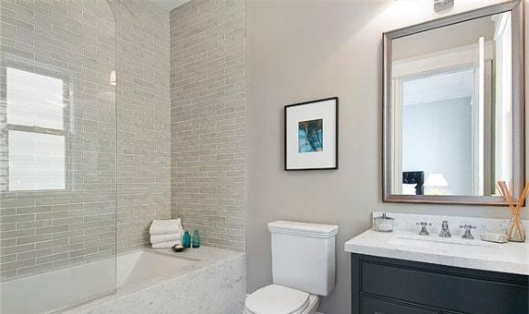 Маленькая ванная комната, совмещённая с туалетом