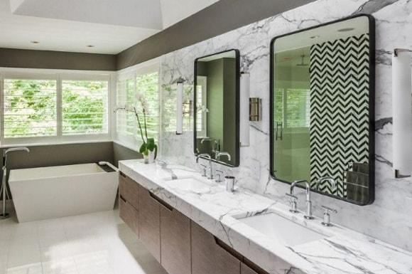 Ванная комната со столешницей из камня