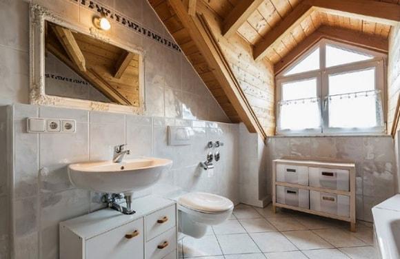 Ванная комната в доме из дерева