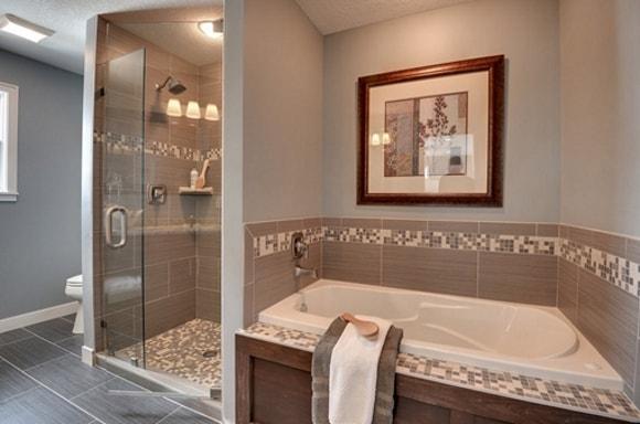 Варианты обрамления ванной плиткой