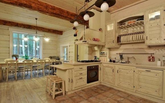 Вариант дизайна кухни в деревянном доме/даче
