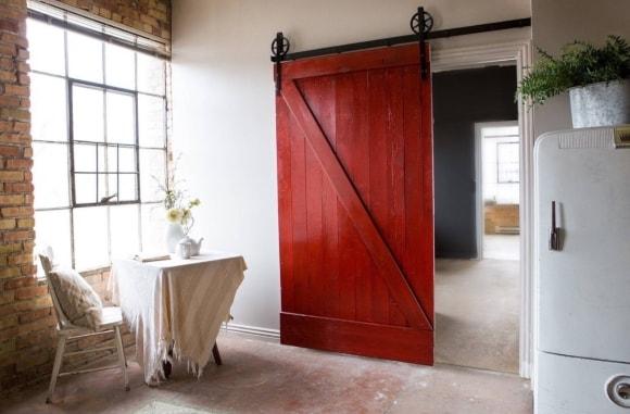 Амбарная дверь в интерьере стиля лофт
