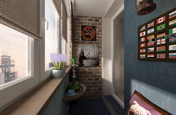 Балкон с кирпичной стеной и яркими постерами в стиле лофт