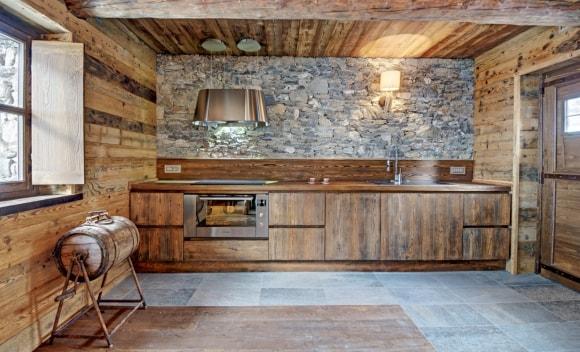 Деревянный дом с каменной стеной в стиле лофт