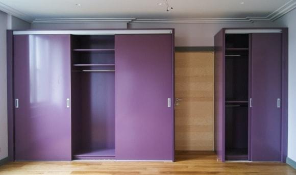 Фиолетовая прихожая в коридоре