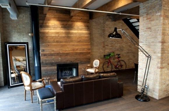 Гостиная с камином и балками на потолке в стиле лофт