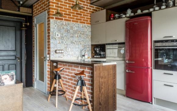 Холодильник в лофт-интерьере