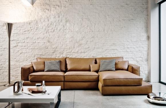 Кожаный диван в лофт-интерьере