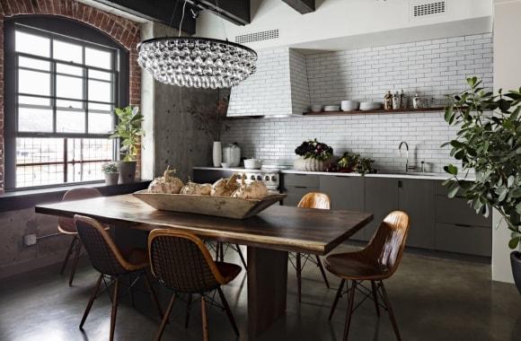 Кухонный стол в интерьере стиля лофт