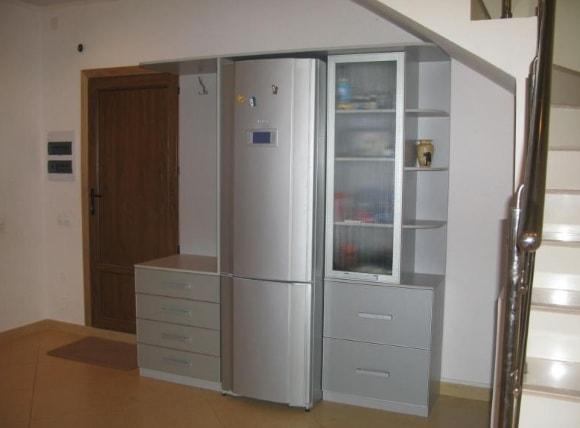 Прихожая с встроенным холодильником в коридоре