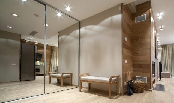 Прихожая со стеклянным фасадом в коридоре