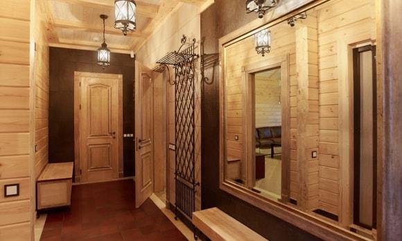Прихожая в коридоре деревянного дома