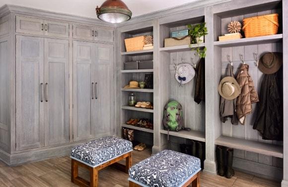 Прихожая в коридоре, выполненная в деревенском стиле